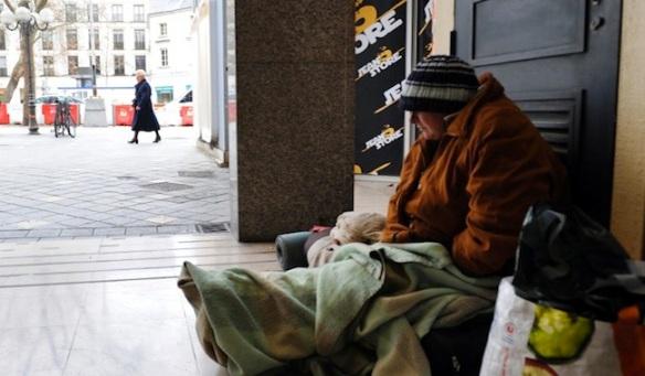 """Une femme sans-abri, s'abrite du froid dans un hall d'immeuble le 30 Janvier 2012 ‡ Tours. Le secrÈtaire d'Etat au Logement Benoist Apparu a demandÈ aux prÈfets de prendre en charge """"100% des demandes"""" d'hÈbergement d'urgence pendant la vague de grand froid qui sÈvit actuellement en France. AFP PHOTO/ALAIN JOCARD A homeless woman takes shelter in a buiding, on January 19, 2012 in Tours, central France. AFP PHOTO / ALAIN JOCARD"""